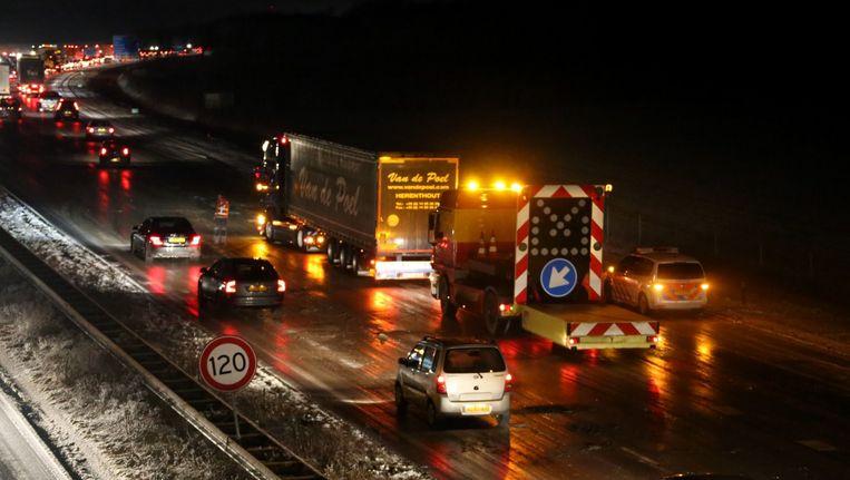 De snelweg A50 bij Nistelrode is na een winterse bui spekglad geworden. De sneeuw was deels gesmolten, daarna ingereden en opgevroren. De weg tussen Veghel en Ravestein werd deels afgesloten. Beeld anp