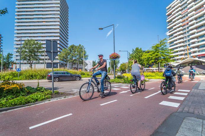 Het Delflandplein is gevaarlijk voor fietsers en brommers.