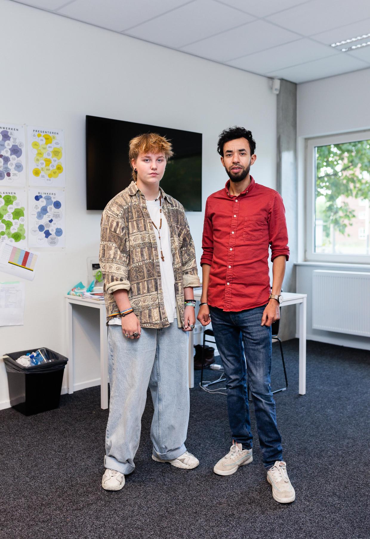 Tyler en zijn mentor Moundir lopen af en toe een rondje door school om te laten zien dat transgender-zijn gewoon is. Beeld Nina Schollaardt
