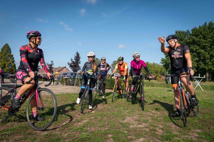 Miranda Boom, Marga Hijink,  Quinty Doorn en andere deelnemers luisteren aandachtig tijdens de fietsclinic in Heteren voor beginnende mountainbikers en racefietsers.