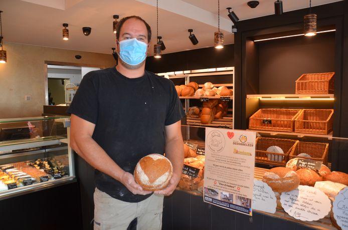 Bakker Wim Van Der Bracht met zijn 'erteken', een broodje ten voordele van zijn collega's in Wallonië die getroffen werden door het noodweer.