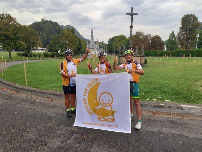 V.l.n.r.: Jan Adriaenssen, Nest De Vries en Boudewijn Geentjes bij hun aankomst in Lourdes