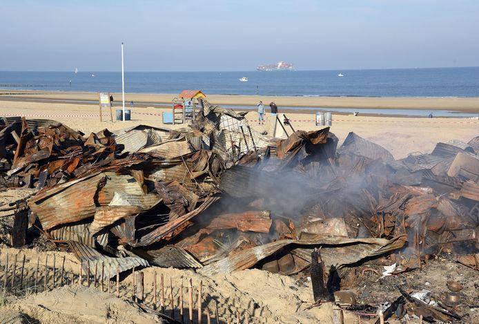 De nog rokende restanten van strandpaviljoen Puur, na de brand in 2018. Eind juni 2019 heropende het paviljoen.