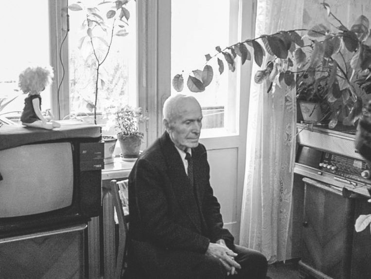 Grootvader Vasili in zijn woonkamer. Beeld