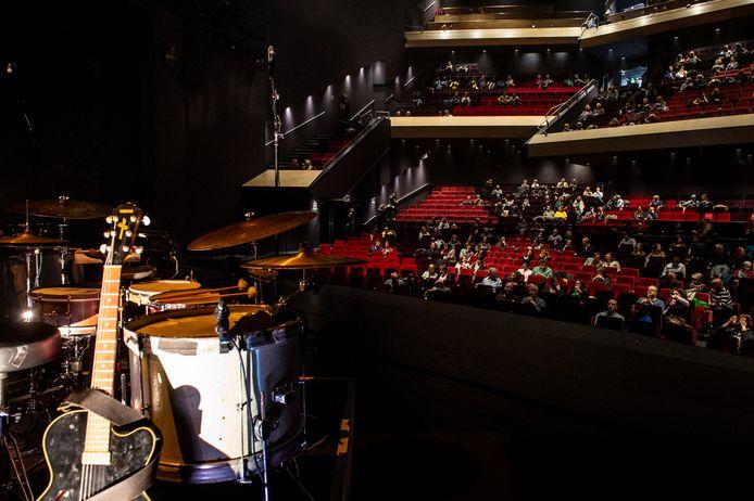 Een gedeeltelijk gevulde zaal bij eerste van drie testvoorstellingen in Chassé Theater.