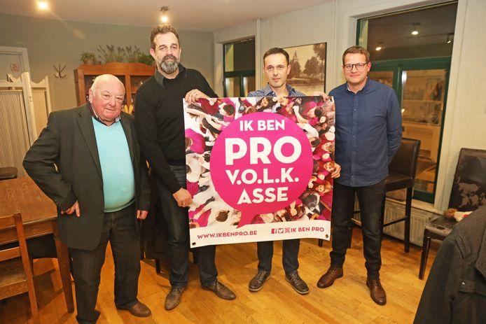 De bezielers van burgerbeweging VOLK in Asse sluiten zich aan bij de Pro-koepel: (vlnr) Willy Mertens, Chris De Knop en Kurt Cockaert, samen met Pro-boegbeeld Joris Verspecht.