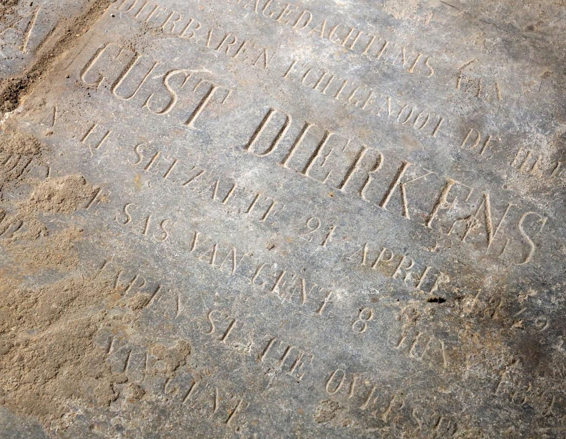 Gust Dierkens, overleden in 1849. De zerk kwam tevoorschijn achter de kachel van de Cuyperskerk.