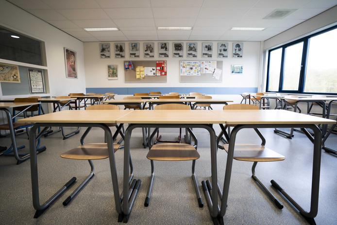 2020-03-16 08:44:23 BAARN - Lege klassen op het Baarnsch Lyceum. Alle scholen en de kinderopvang gaan tot en met 6 april dicht. Onderwijzend personeel dat niet ziek is, wordt wel op het werk verwacht om kinderen op te vangen van bijvoorbeeld zorgmedewerkers. Ook moeten zij gaan zorgen voor online onderwijs voor kinderen die thuis komen te zitten. ANP JEROEN JUMELET