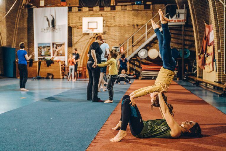 Moeder Lore en dochter Robine houden elkaar in evenwicht op de circusschool in Leuven. Beeld Thomas Sweertvaegher