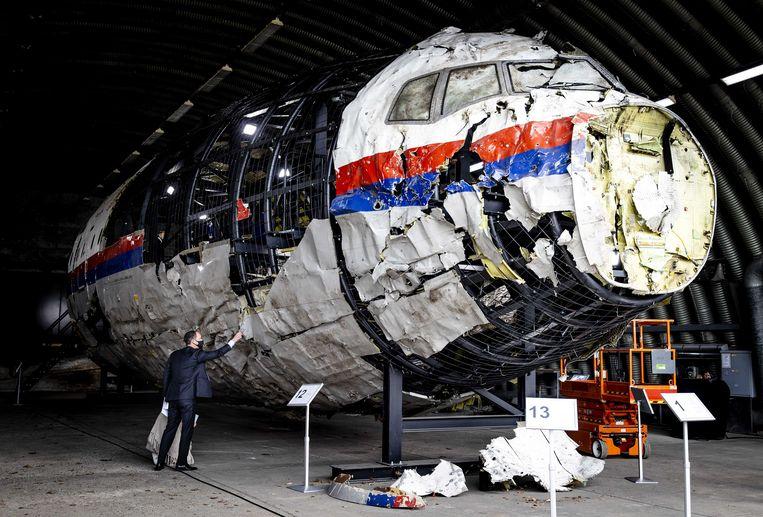 Advocaten bekijken op vliegbasis Gilze-Rijen de reconstructie van het in 2014 neergeschoten MH17-toestel. De schouw is onderdeel van het strafproces. Beeld ANP