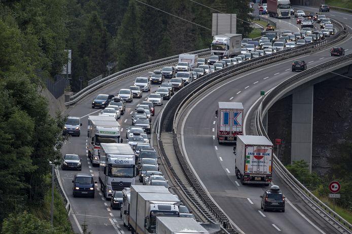 Questo fine settimana sono previsti lunghi ingorghi anche nel tunnel del San Gottardo in Svizzera.