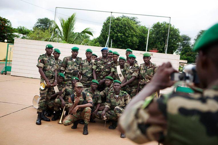 VN-soldaten uit West-Afrikaanse landen poseren tijdens een ceremonie die het begin van de missie in Mali inluidt. Beeld REUTERS