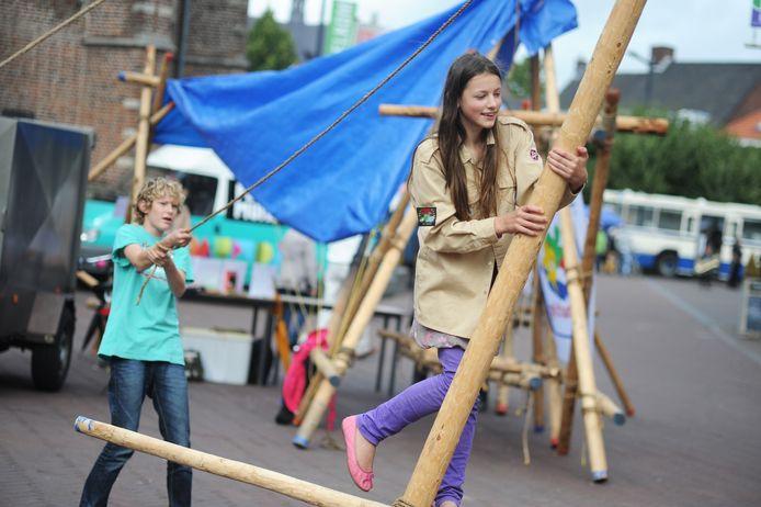 Een demonstratie in Etten-Leur een aantal jaren geleden van wat scouting zoal doet: constructies  van bamboe maken.