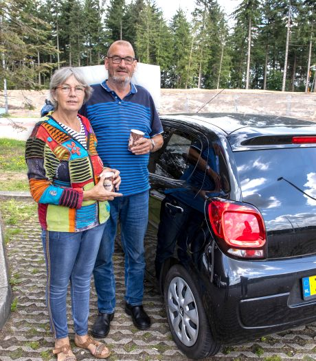 Eerste vakantiegangers bij tankstation Oeienbosch: We mogen weer! (maar kiezen vooral voor veiligheid)