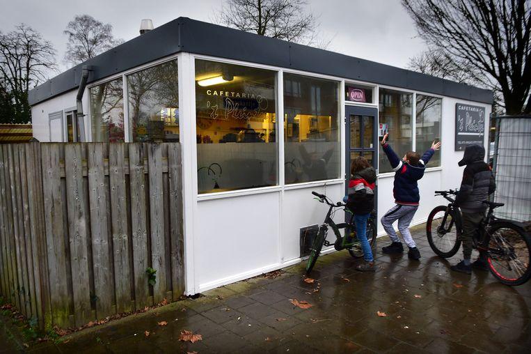 Cafetaria 't Pleintje in Maaskantje verdient volgens Erfgoedvereniging Heemschut een plaats in het in het Openluchtmuseum in Arnhem.  Beeld Marcel van den Bergh / de Volkskrant