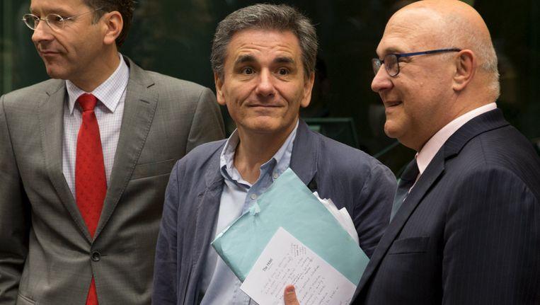 Grieks minister van Financiën Tsakalotos met zijn speerpunten op het blaadje van The Hotel Beeld REUTERS