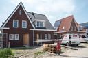 Pinheiro werkt aan de afbouw van de twee-onder-één-kap woningen in de Zierikzeese nieuwbouwwijk Noorderpolder.
