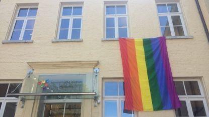 Stad vraagt met regenboogvlag aandacht voor internationale dag tegen homofobie en transfobie