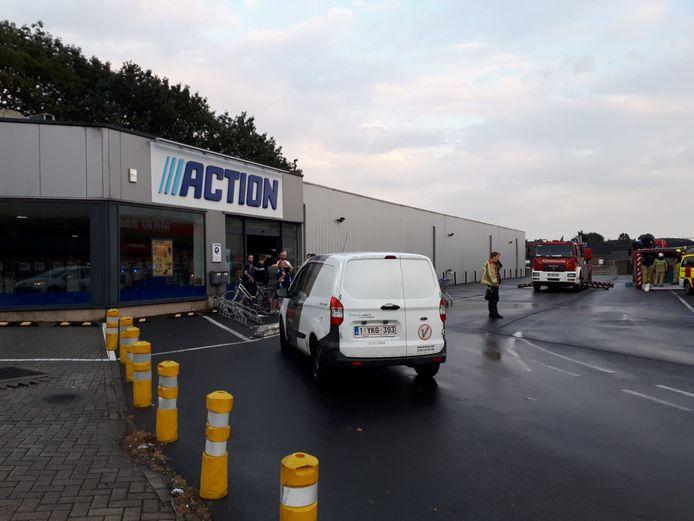 Het dak van de Action-winkel langs de Astridlaan in Overboelare (Geraardsbergen) begaf het donderdagavond onder de inbeukende regen.