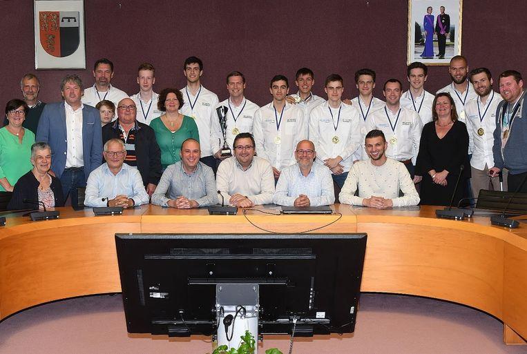 Het gemeentebestuur van Denderleeuw huldigt kampioenenploeg BBC Olympia.