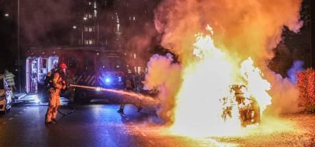 Geparkeerde auto brandt uit in Emmeloord