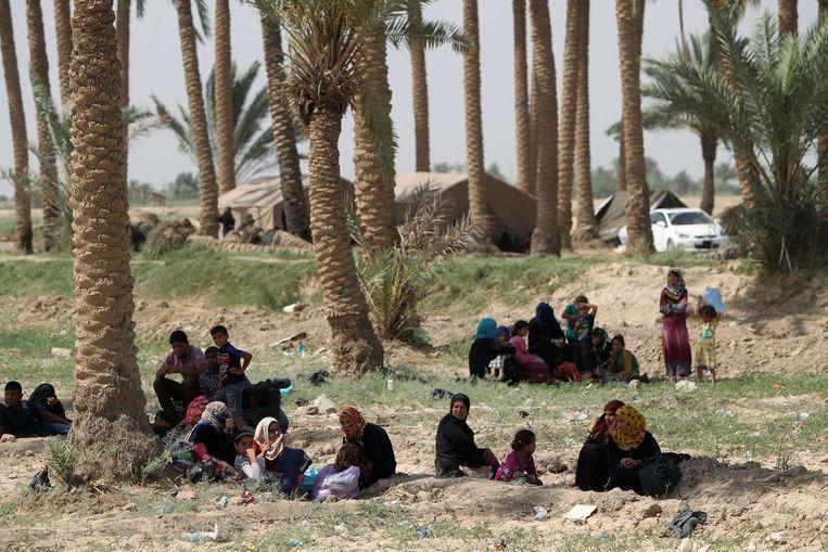 Iraakse families uit Ramadi wachten bij de Bzeibez-brug. Beeld afp
