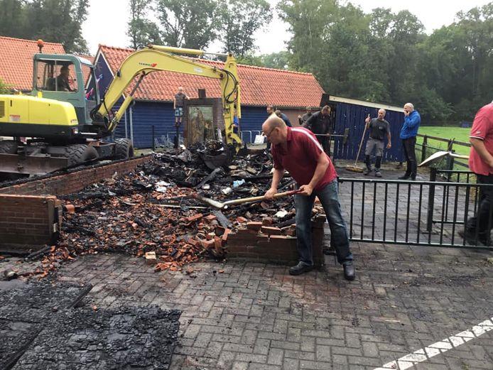 Ouders en leerkrachten van basisschool Honesch bezig met opruimen van de troep na de brandstichting.