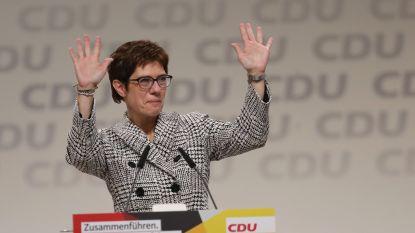 Annegret Kramp-Karrenbauer volgt Merkel op als partijleider CDU, bondskanselier krijgt minutenlang applaus na afscheidsspeech