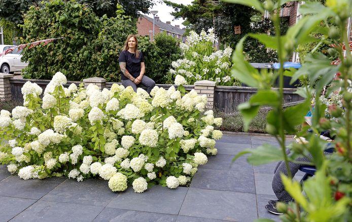 Ingrid van Bergen uit Den Bosch, in haar voortuin. Waar nu de hortensia's bloeien, lagen eerst alleen maar tegels.