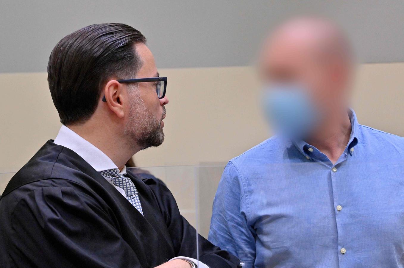 Mark Schmidt (rechts) met zijn advocaat.