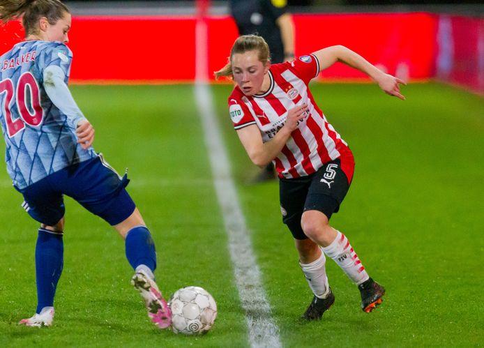 Janou Levels van PSV probeert Ajacied Eshly Bakker aan de zijlijn te passeren.