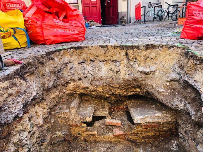 De sporen van de grafkelder zijn nog goed zichtbaar.