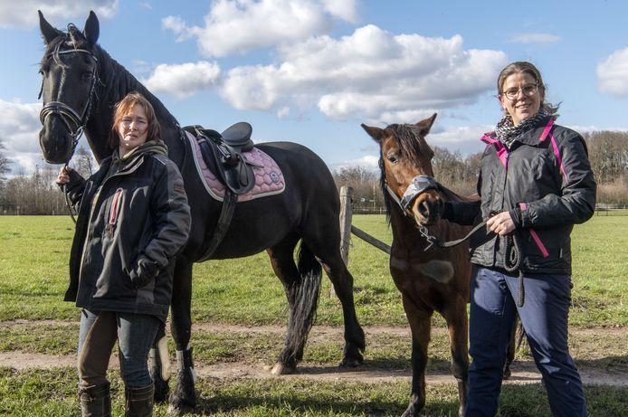 Oud-instructrice Jacqueline van de Worp (links) en lid Elke Lansink met paard Famke en pony Bommel. De twee maken zich grote zorgen over de toekomst van de vereniging.