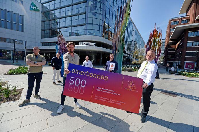 Medewerkers kregen niet alleen taart en ijs maar ook 500 dinerbonnen van de Stichting Bezorgdeliefde.