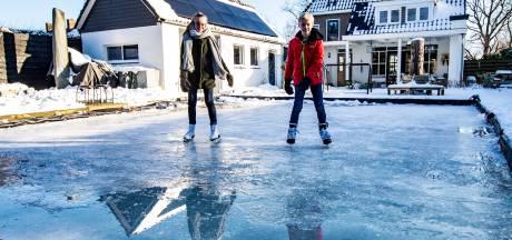 Roos (13) en Joep (10) uit Twello bouwen schaatsbaan in eigen achtertuin: 'Begin het steeds meer te leren'