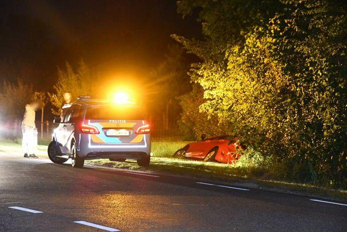 De auto reed op de Zwaanweg bij Dishoek in de sloot.