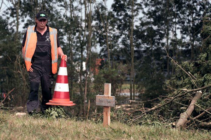 Een ondertussen verdwenen bermmonument bij de oprit van de A18 in Doetinchem waarbij in 2016 een echtpaar om het leven kwam. Archieffoto: Jan Ruland van den Brink