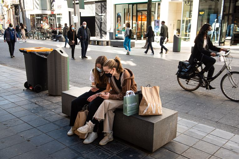 Op de Antwerpse Meir is het, ondanks het mooie lenteweer, niet bepaald over de koppen lopen. Wie wil winkelen, moet een tijdslot reserveren, dat kan vaak makkelijk en snel via een QR-code. Beeld Wouter Maeckelberghe