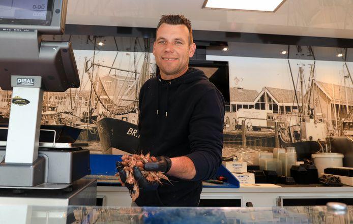 Vishandelaar Wesley van vishandel 't Harinkje, met garnalen uit Breskens.