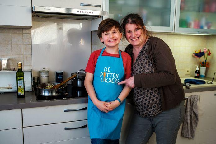 Matteo Gys, hier met zijn mama Sanne, voelt zich helemaal thuis in de keuken.