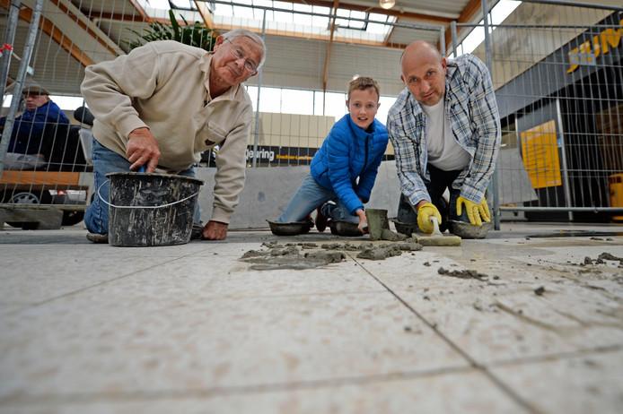In navolging van opa Paul Hoomoedt (81) en vader Bert (49) kiest ook Jesper Hoomoedt (11) voor het vak van tegelzetter.