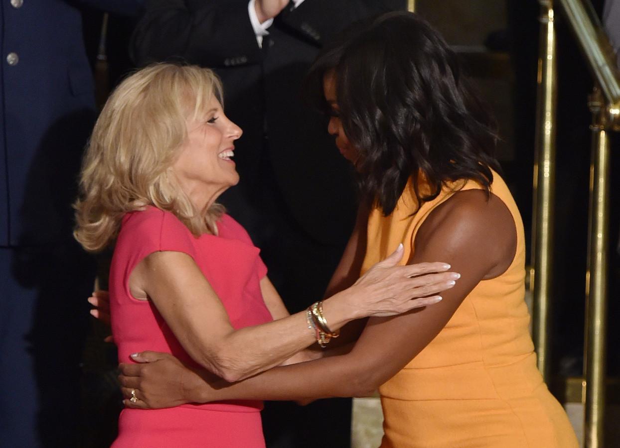 Voormalig first lady Michelle Obama omhelst Jill Biden.