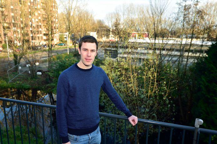 Omwonende Jeroen Geel. Het plan om woontorens te bouwen op de plek van garage Van Loon aan de Ridder van Catsweg in Gouda stuit op massaal verzet van omwonenden. Bij de gemeente waren meer dan 170 bezwaren tegen dit project ingediend.