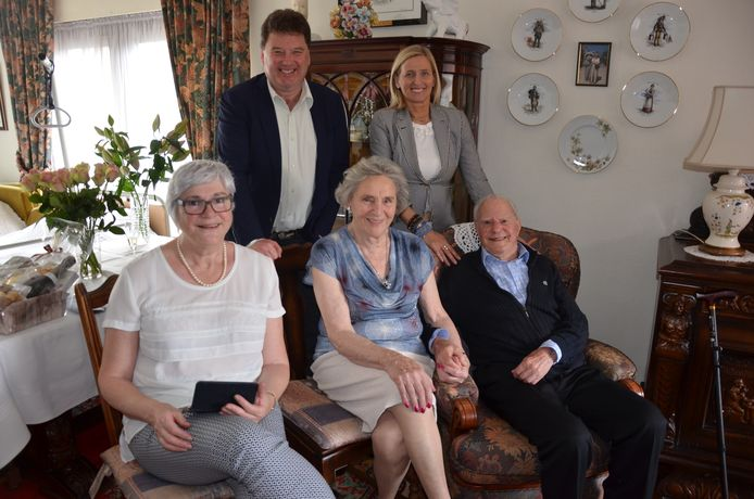 Marcel en Diane vieren samen met de burgemeester, de schepen en hun dochter hun briljanten jubileum.