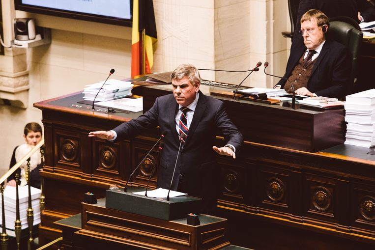 De oppositiepartijen mochten eerst het woord nemen. Filip Dewinter (VB) hield een betoog tegen het migratiepact. Beeld Francis Vanhee