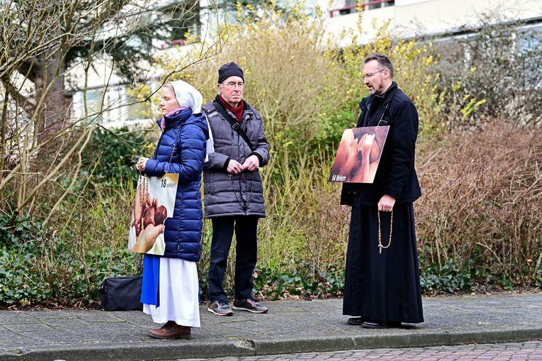 Demonstranten protesteren tegen abortus bij de Bloemenhovenkliniek.  Beeld Olaf Kraak