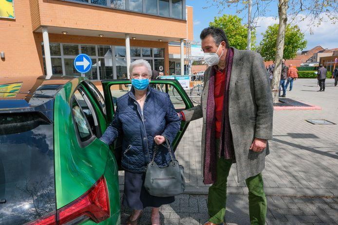taxidienst van Zilverpunt: Lucas helpt Lisette uit de wagen