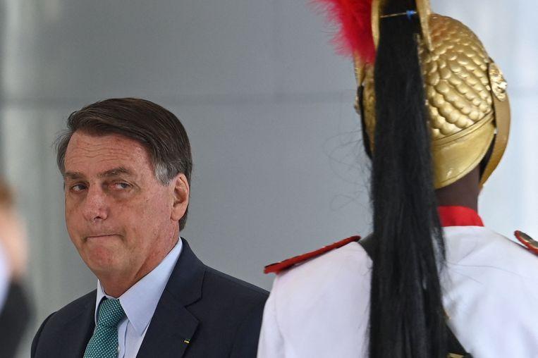 De Braziliaanse president Jair Bolsonaro eind vorige week in de hoofdstad Brasilia tijdens een welkomstceremonie voor de bezoekende president van Kaap-Verdië. Beeld AFP