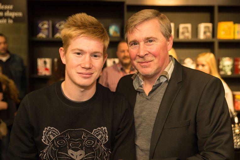 Een jonge Kevin De Bruyne met vader Herwig op de Boekenbeurs in 2014. Beeld Photo News