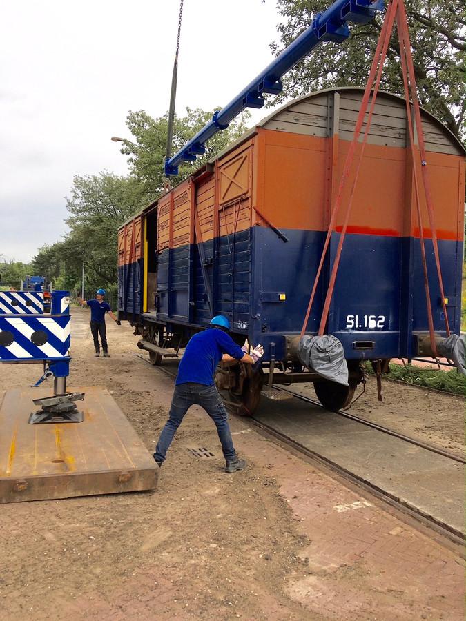 Een fikse kraan zette de wagon op de originele rails aan de Achtseweg Zuid in Eindhoven.
